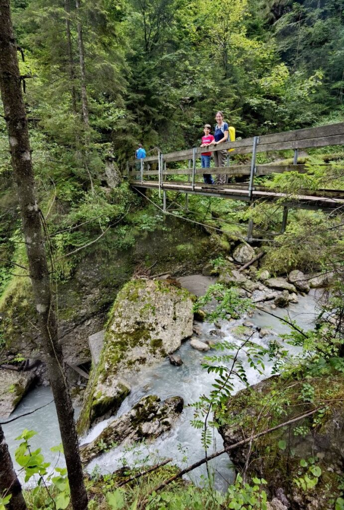 Über tosendes Wasser in der Bürser Schlucht - Dank Brücken geht das trockenen Fußes.