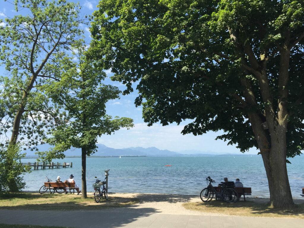 Am Chiemsee wandern mit Kinderwagen - und auf den See schauen!