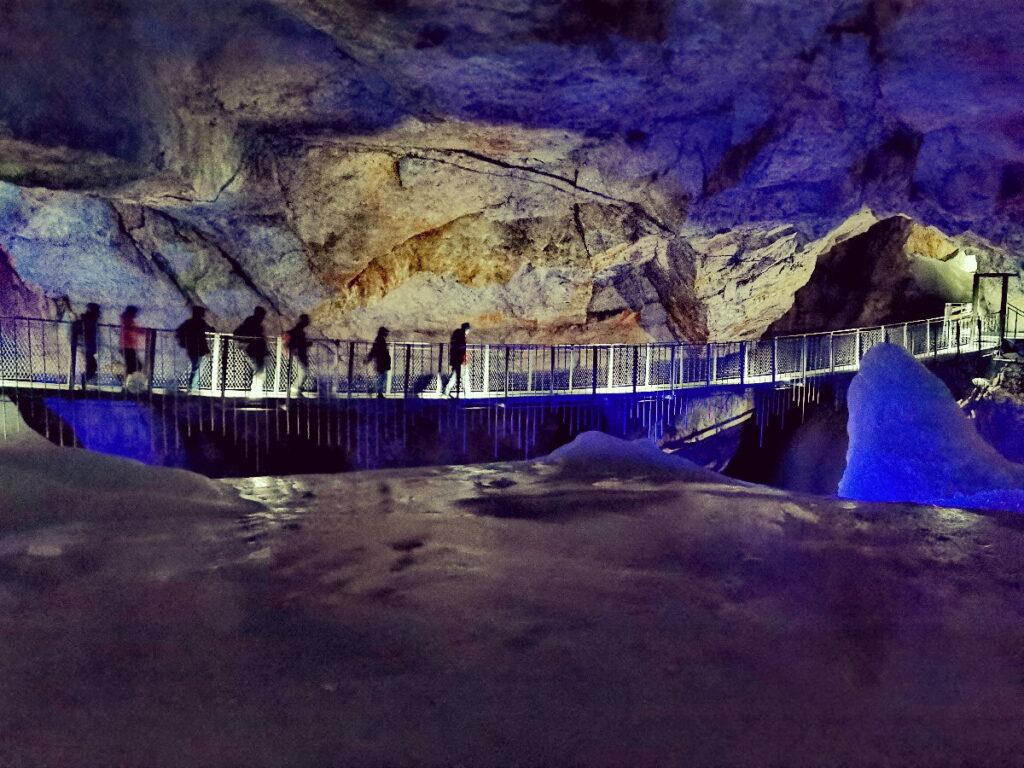 Unser Ziel: Die Hängebrücke in der Rieseneishöhle