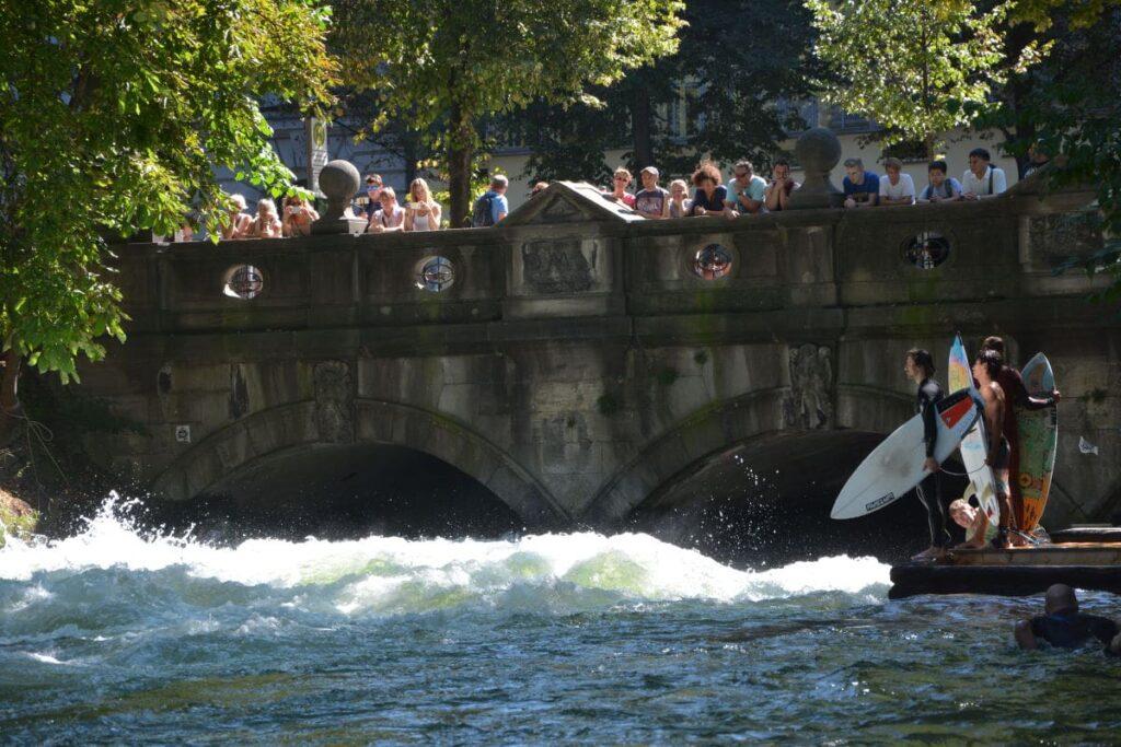 Einmalig in einer Stadt: Surfen mitten in München!