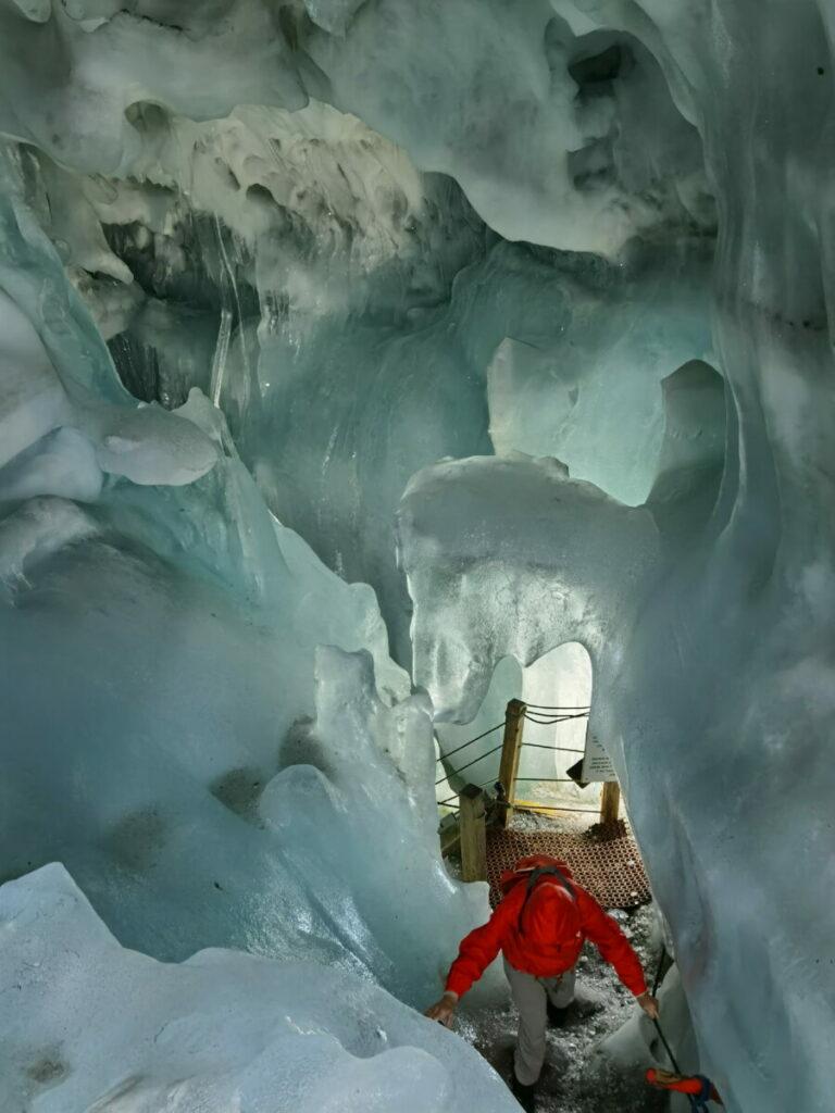 Auf einem ausgebauten Weg geht es durch die Eishöhle in Österreich