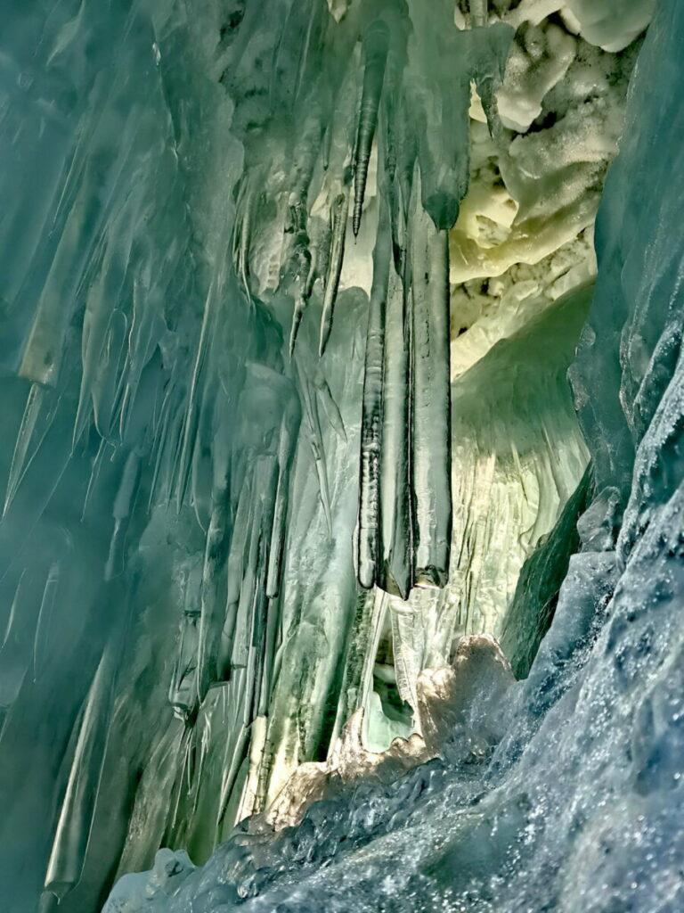 Glasklare Eiszapfen im Natureispalast im Hintertuxer Gletscher
