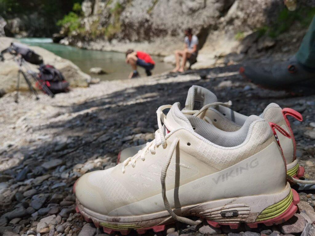 In der Entenlochklamm geht´s raus aus den Schuhen ins Wasser