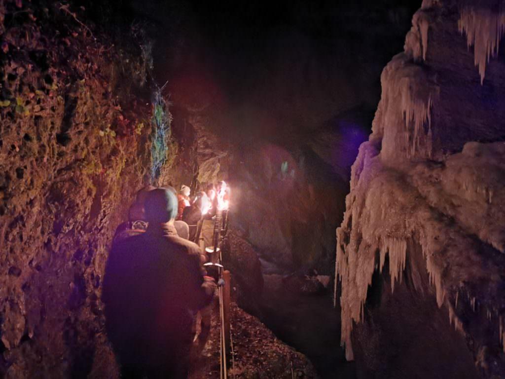 Fackelwanderung Partnachklamm - rechts mit dem vereisten Wasserfall