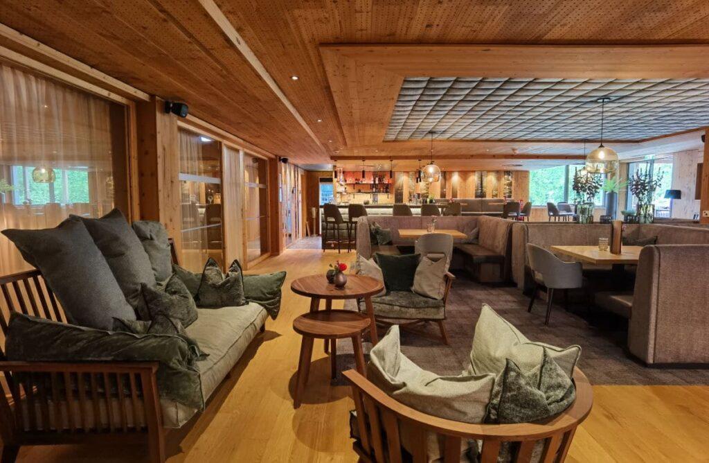 Modernes Holzambiente im Familienhotel Bayrischzell