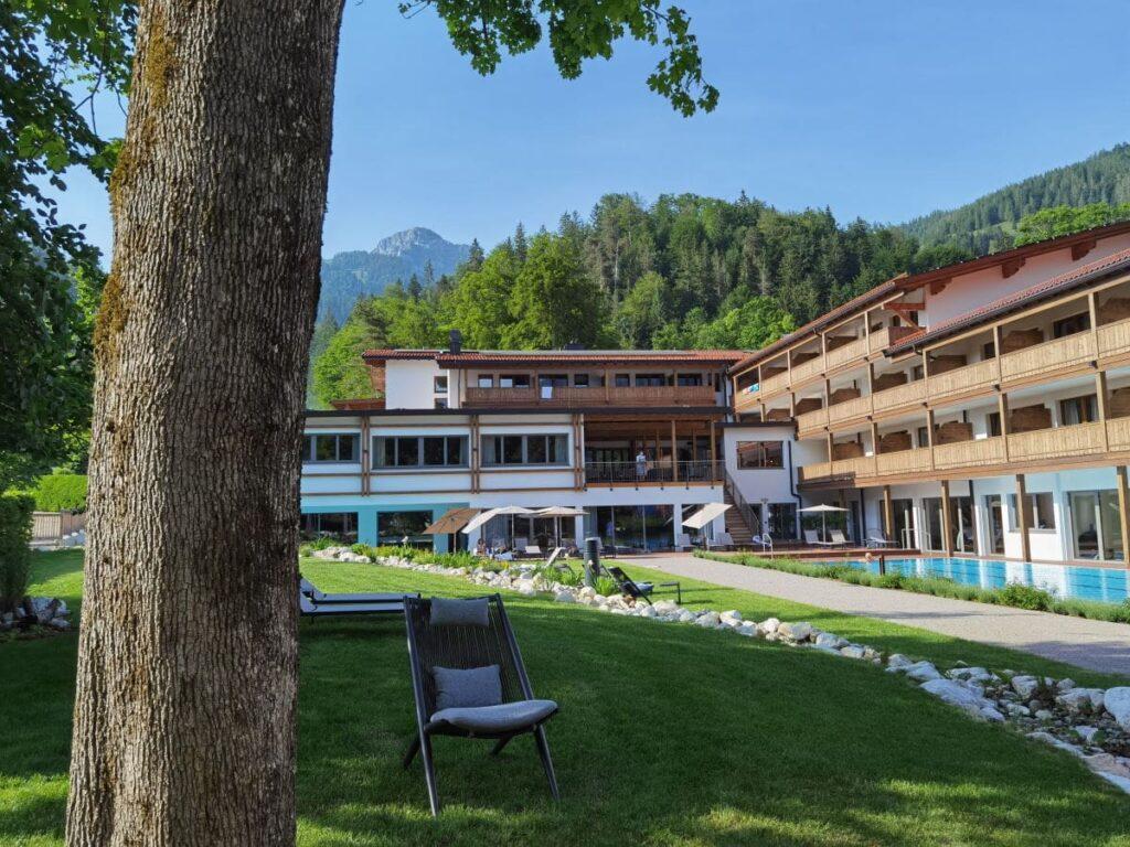 Entspannung im Garten am Pool im Familienhotel Bayrischzell - mit Bergblick