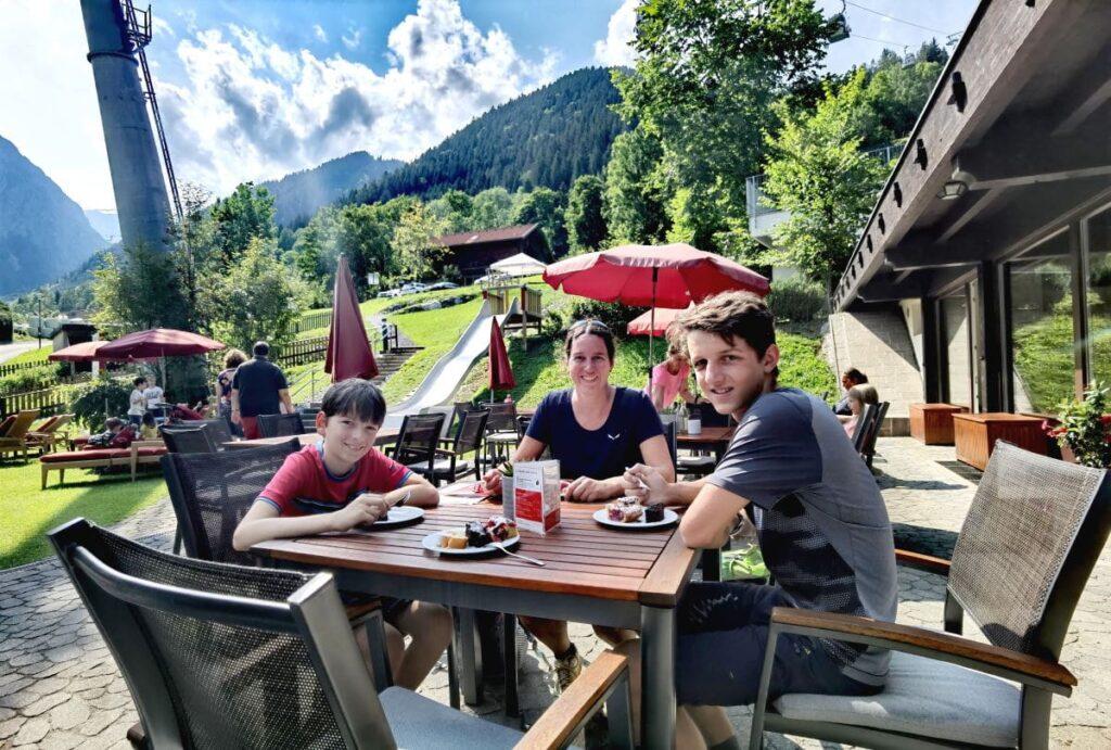 Unser Start in den Familienurlaub auf der sonnigen Terrasse im Familienhotel Lagant im Brandnertal