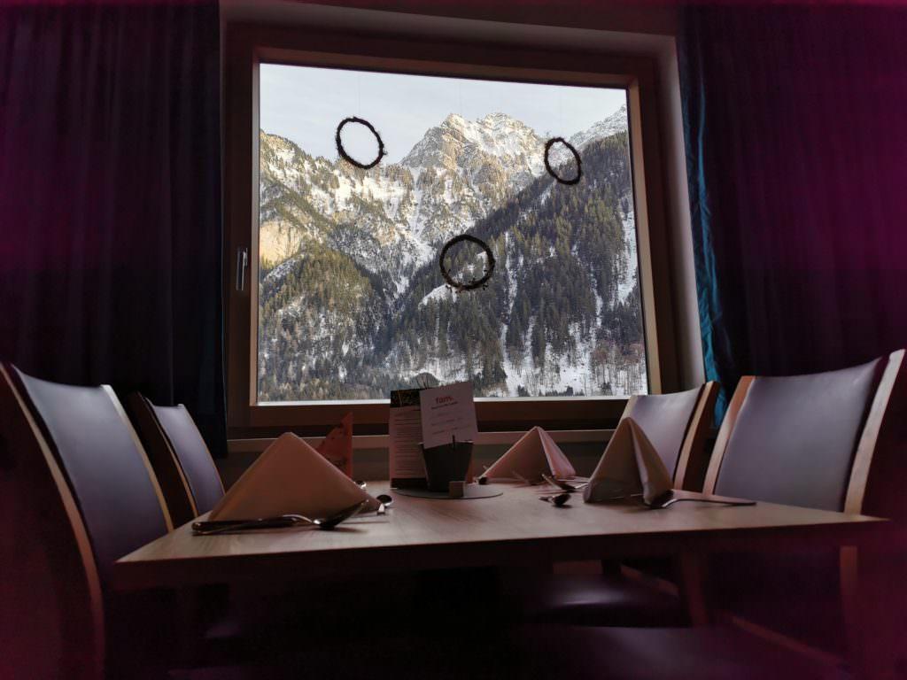 Familienhotel Brandnertal: Der Blick vom Restaurant auf die Winterlandschaft