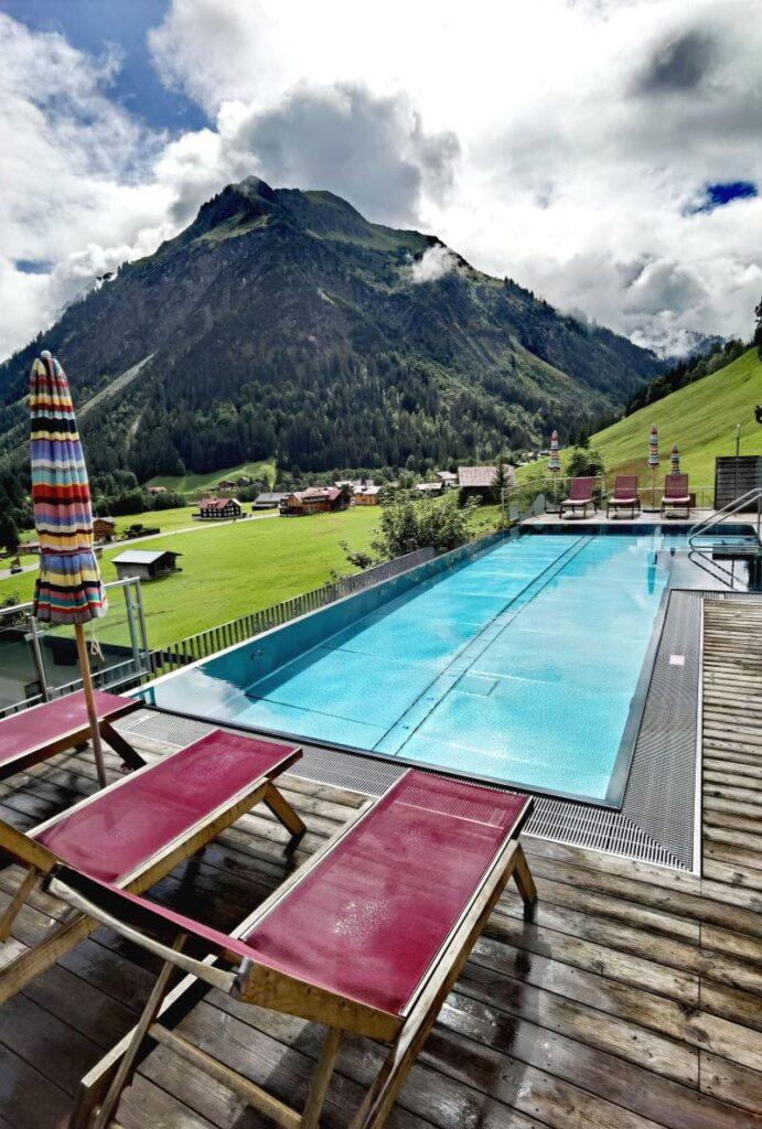 Familienhotel Kleinwalsertal – der Rosenhof Pool mit dem genialen Bergblick