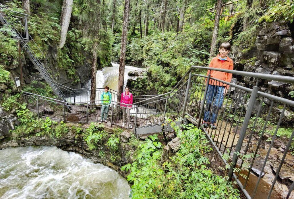 Im Kleinwalsertal wandern mit Kindern – die Naturbrücke ist wunderschön bei einer Familienwanderung zu erreichen