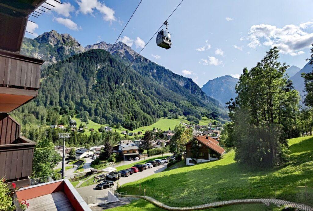 Die Aussicht vom Balkon auf die Berge im Brandnertal - die Gondel bringt dich direkt vom Familienhotel Lagant in die Berge