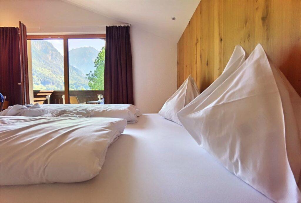 Unser Ausblick im Familienhotel Lagant vom Bett auf die Berge