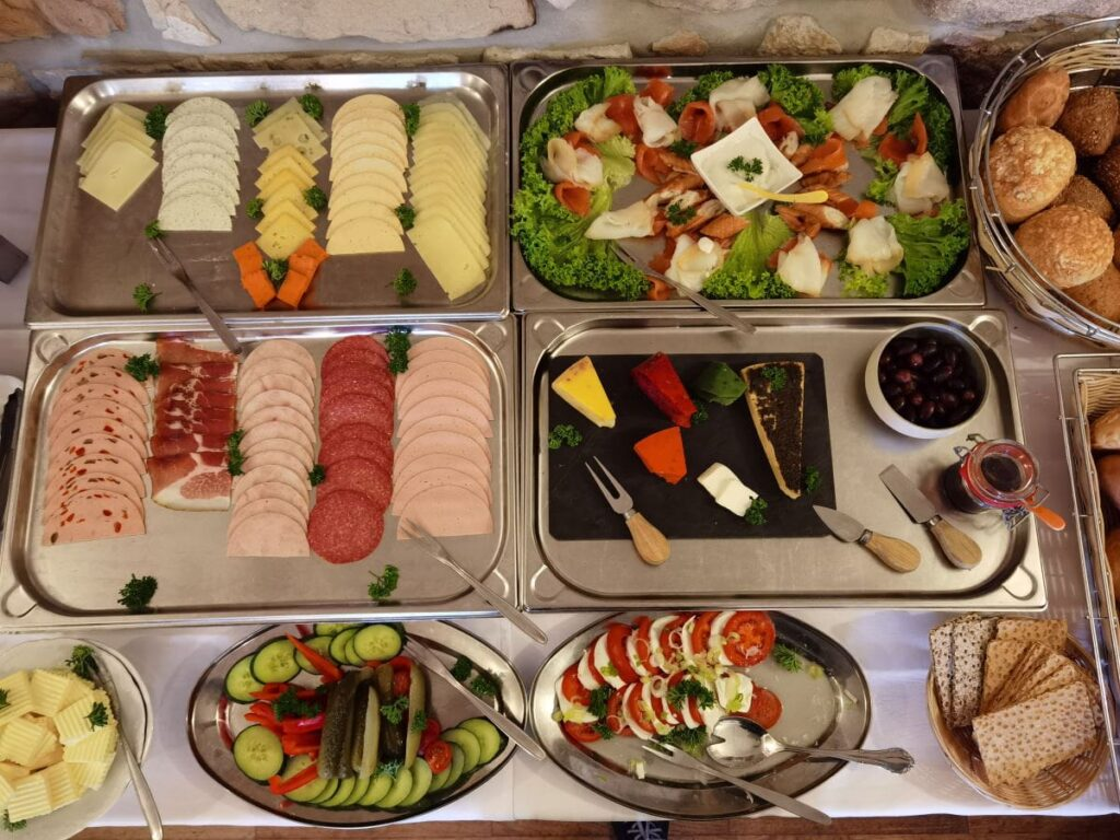Familienhotel Sächsische Schweiz - mit einem sehr umfangreichen Frühstücksbuffet, samt regionaler Speisen