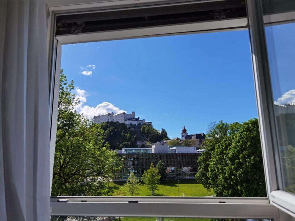Fenster auf und rausschauen: Unser Zimmer-Ausblick im Familienhotel Salzburg auf die Festung Hohensalzberg