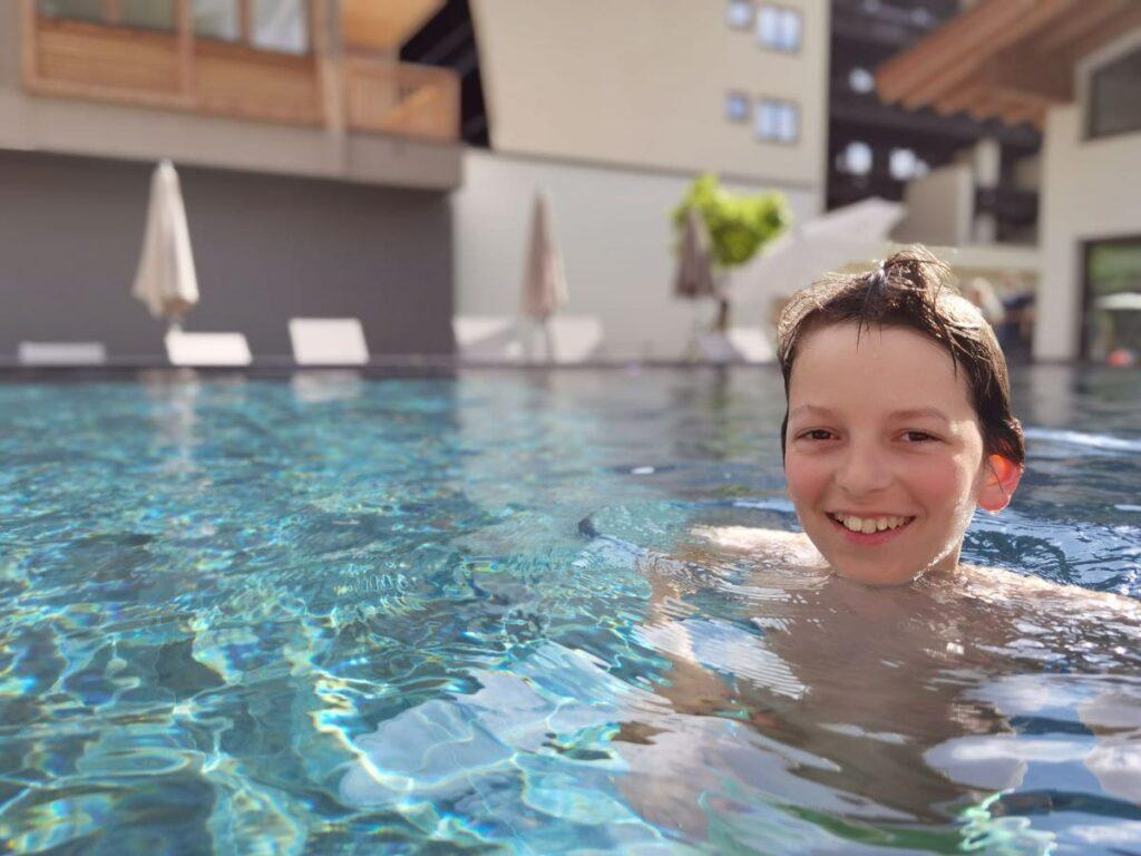 Familienhotel Walchsee - Ein Familienhotel mit Pool außen...