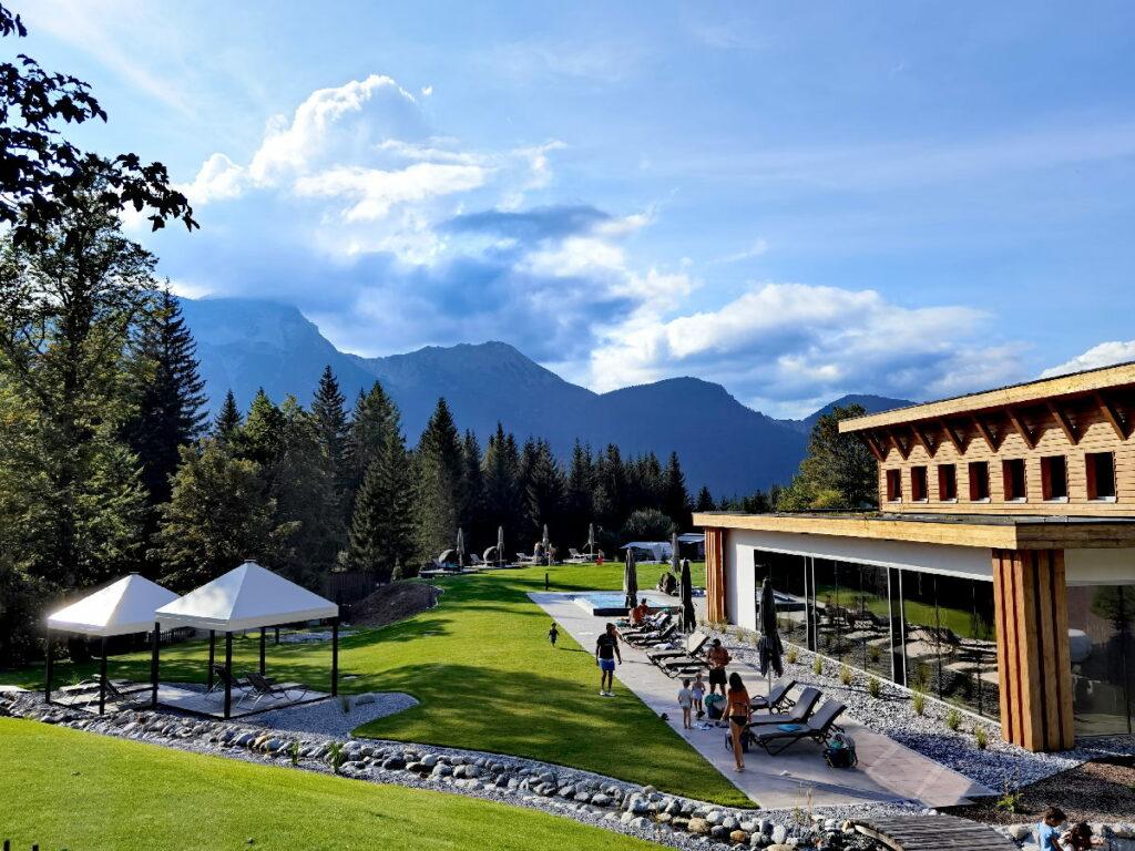 Das neue Schwimmbad mit Liegewiese im Zugspitz Resort Ehrwald