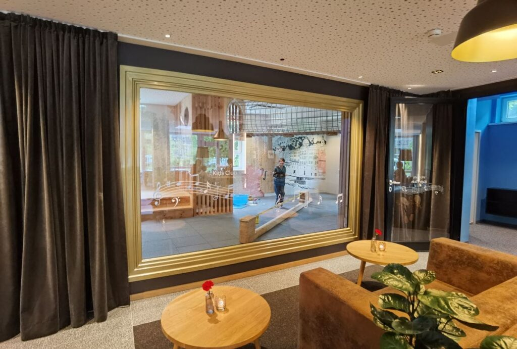 Das Panoramafenster auf den Indoor Kinderspielplatz im JUFA Familienhotel Salzburg