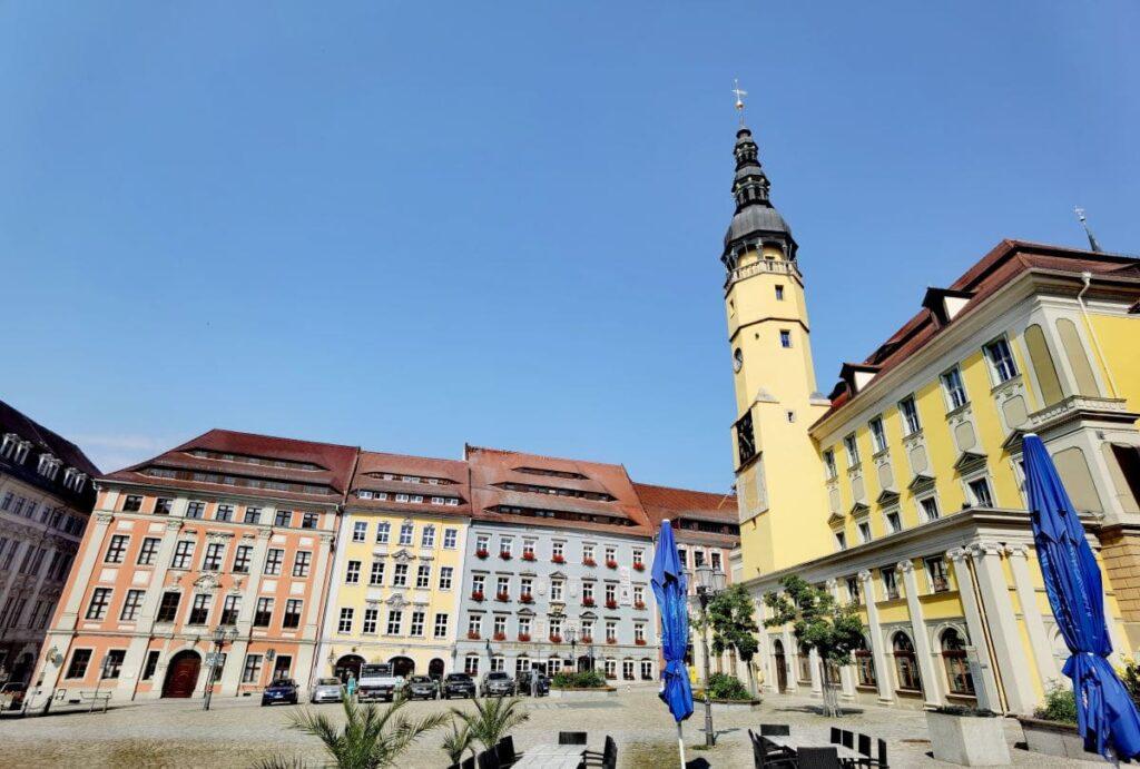 Wir starten unseren Stadtrundgang vor dem prächtigen Rathaus - eine der Bautzen Sehenswürdigkeiten