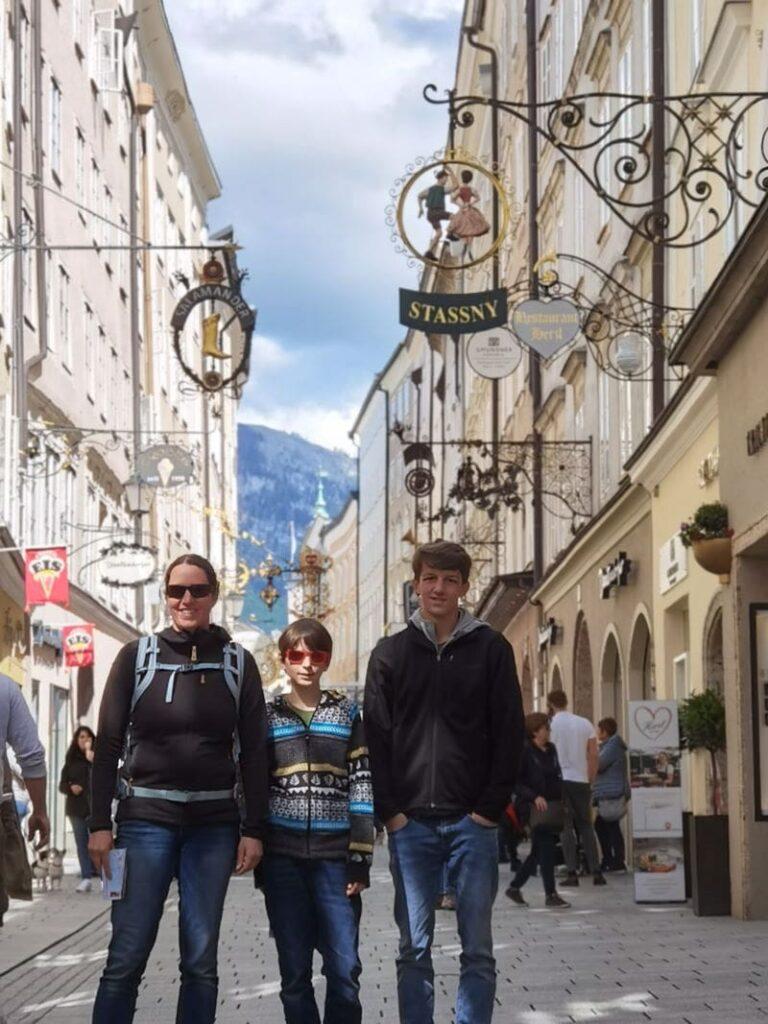 In der Getreidegasse in Salzburg mit Kindern  schlendern