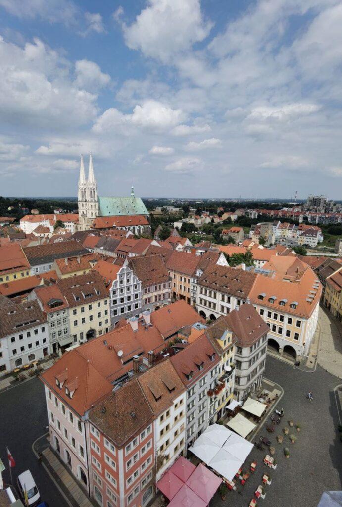 Ein großes Wimmelbild: Görlitz mit Kindern vom Rathausturm gesehen