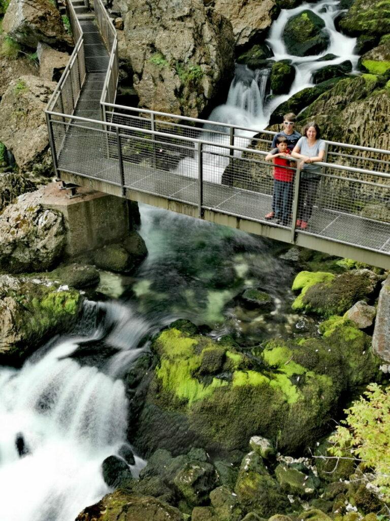 Auf der oberen Brücke beim Gollinger Wasserfall