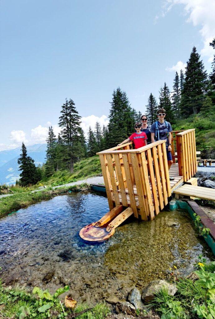 Mit Gewichtsverlagerung wird das Wasser gepumpt - am Wasserspielplatz am Golm