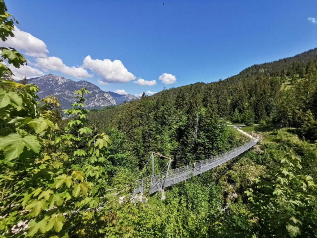 Das ist die Hängebrücke in Garmisch Partenkirchen, dahinter ist die Hütte