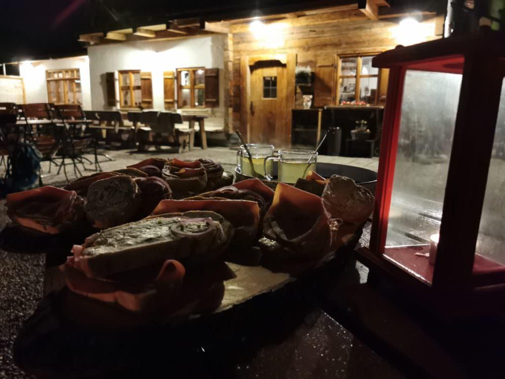 Heiße Birne und feine Brote mit schöner Stimmung vor der Hütte