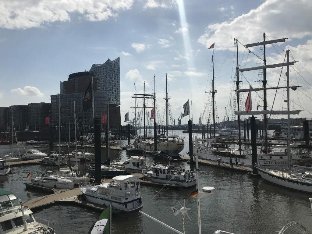 Hier beginnt die Hafenrundfahrt Hamburg