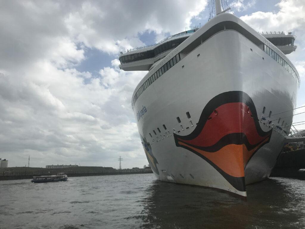 Bei der großen Hafenrundfahrt Hamburg gibt´s auch Kreuzfahrtschiffe zu sehen