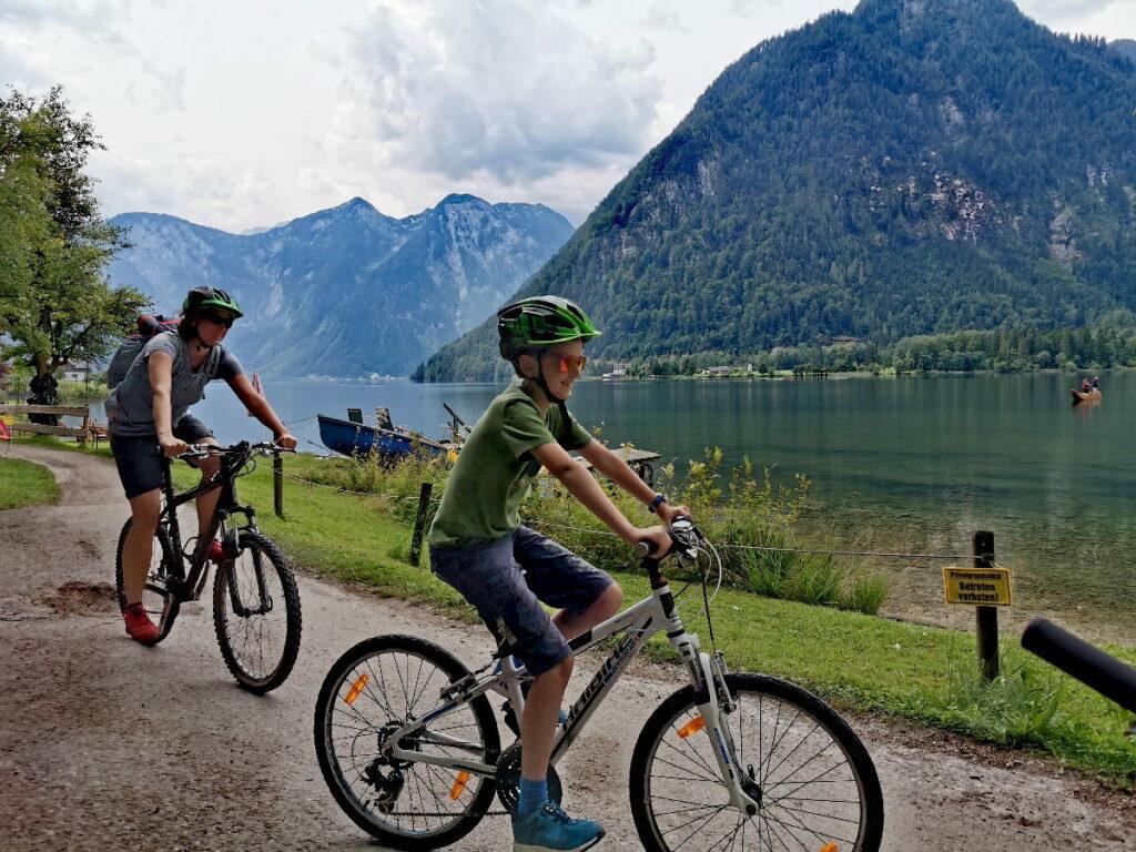 Am Hallstätter See mit Kindern - am Ostufer geht der Radweg oft direkt am See entlang