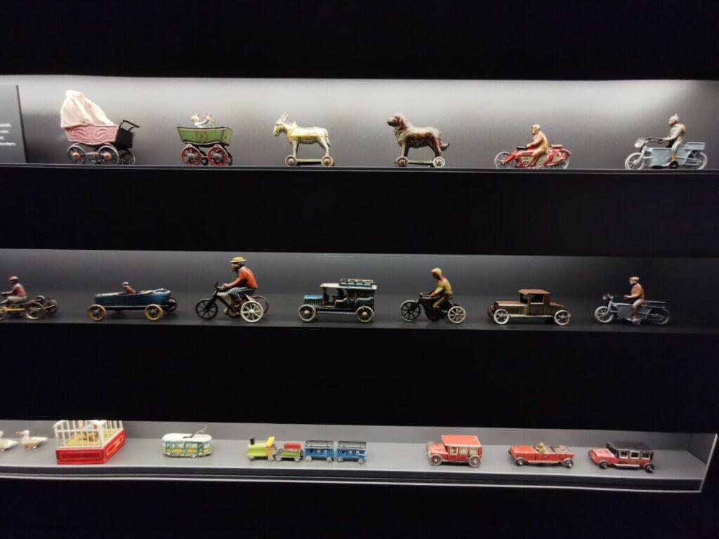 Schau dir auch die vielen Blechspielzeuge an! Wahnsinn, wieviele Gegenstände das gesammelt wurden im Hans Peter Porsche Traumwerk