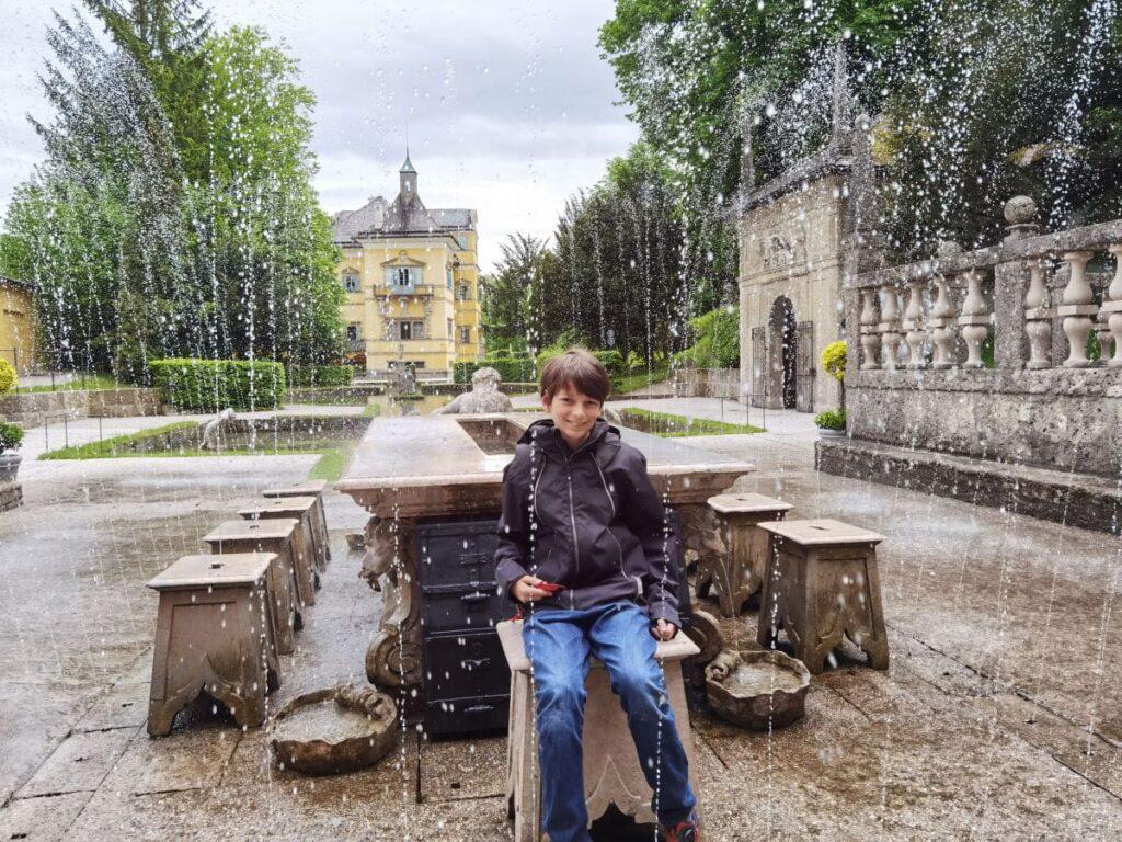 Hellbrunn Wasserspiele - auf Knopdruck werden alle am Tisch naß, nur der Vorsitzende der Tafelrunde bleibt trocken!