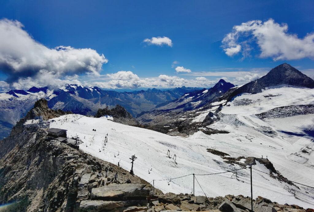 Der Ausblick von der Gefrorenen Wand auf den Hintertuxer Gletscher, rechts im Bild der Olperer (3476 Meter)