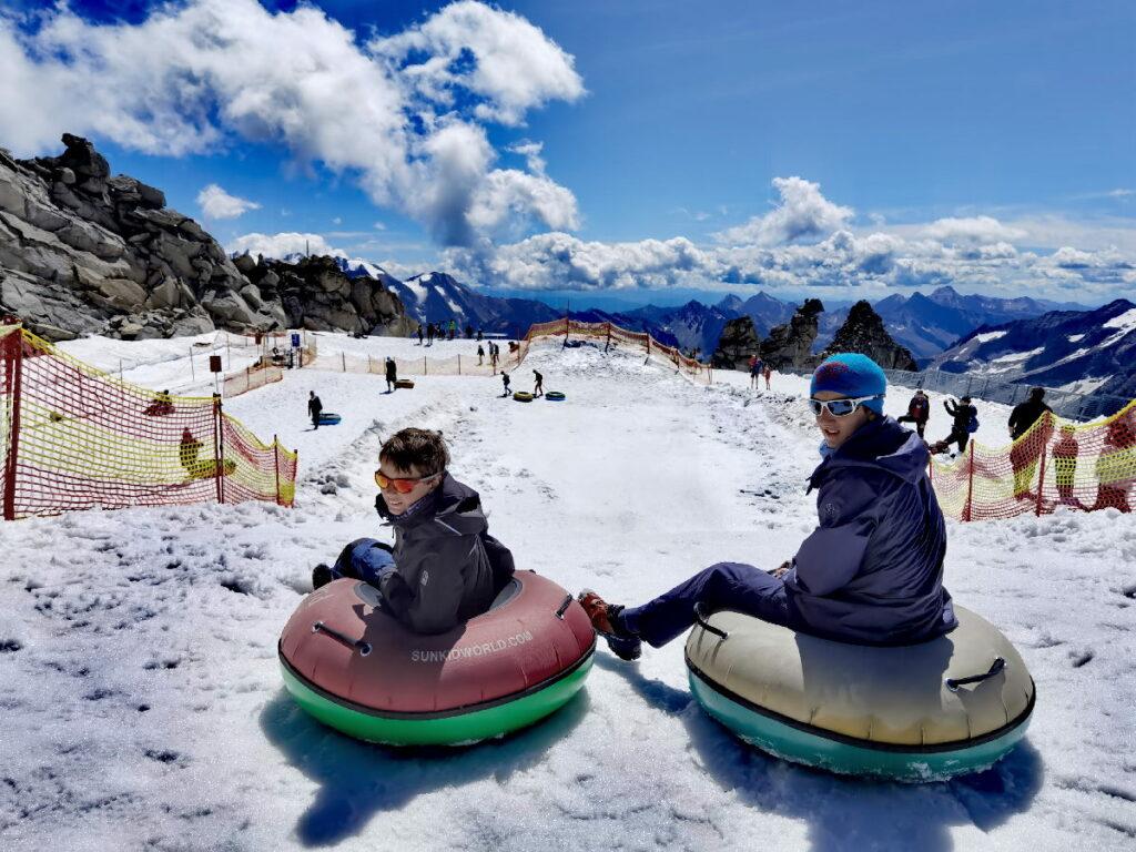 Hintertuxer Gletscher mit Kindern: kostenloser Schneespaß im Sommer auf der Tubingbahn
