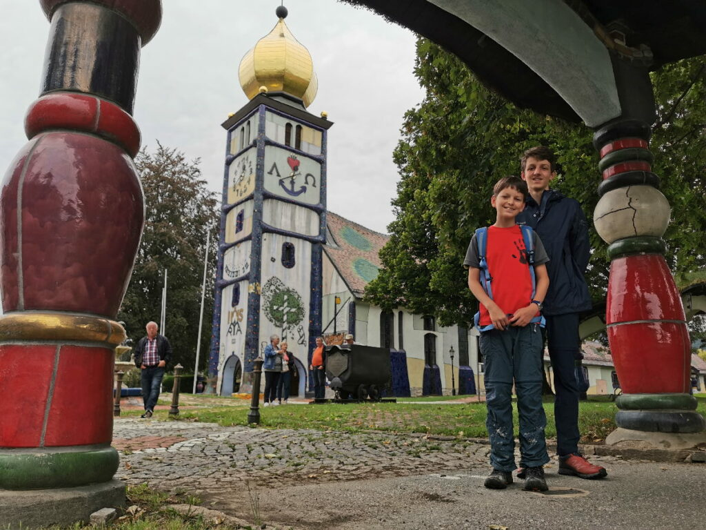 Eines der Tore bei der Hundertwasserkirche