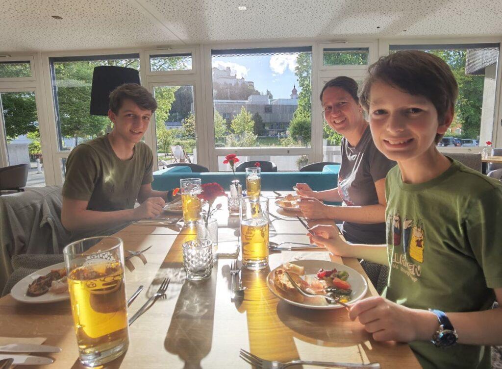 Unser Abendessen im JUFA Familienhotel Salzburg - mit Traumblick auf die Festung
