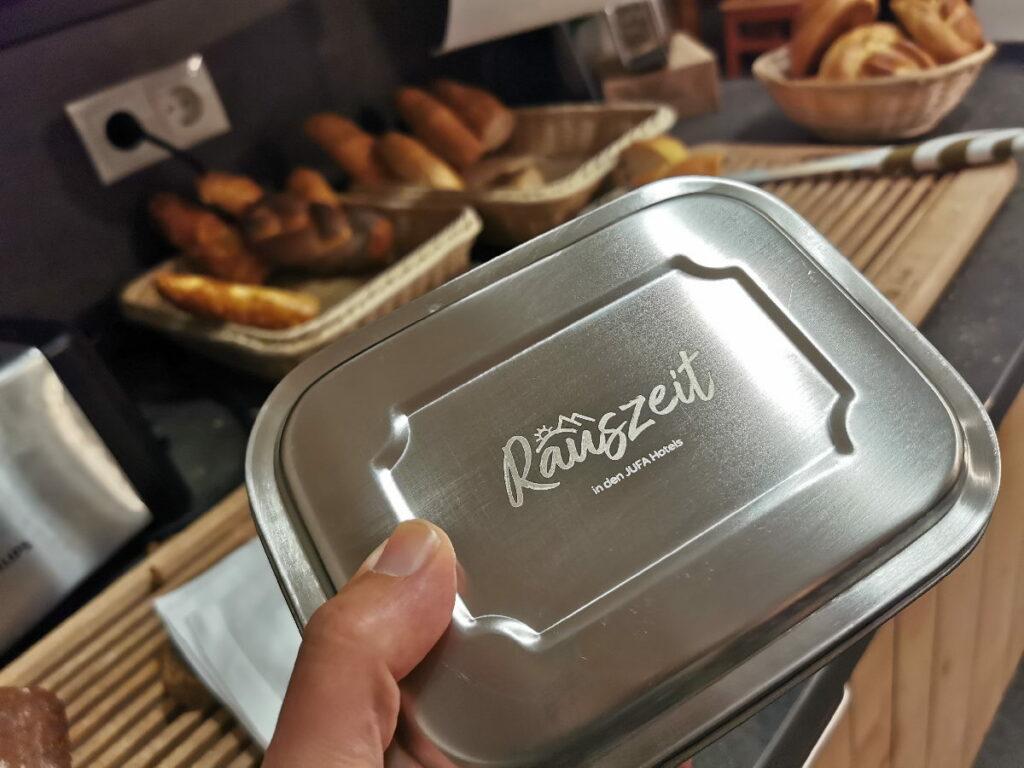 Wenn du einen Rauszeit-Urlaub buchst, bekommst du diese Brotzeitdose, die du dir auch für eine Wanderverpflegung am Frühstücksbuffet füllen darfst