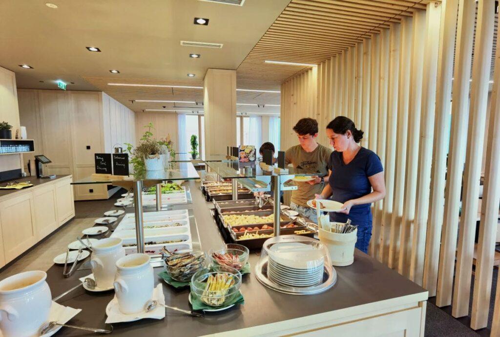 Angenehm und mit viel Auswahl: Das Buffet beim Abendessen im JUFA Laterns