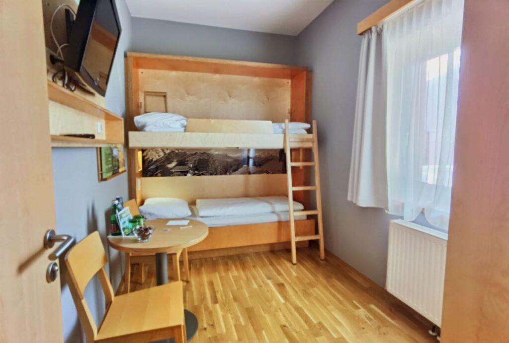 Räumlich vom Elternschlafzimmer getrennt - das Kinderschlafzimmer mit Stockbett.