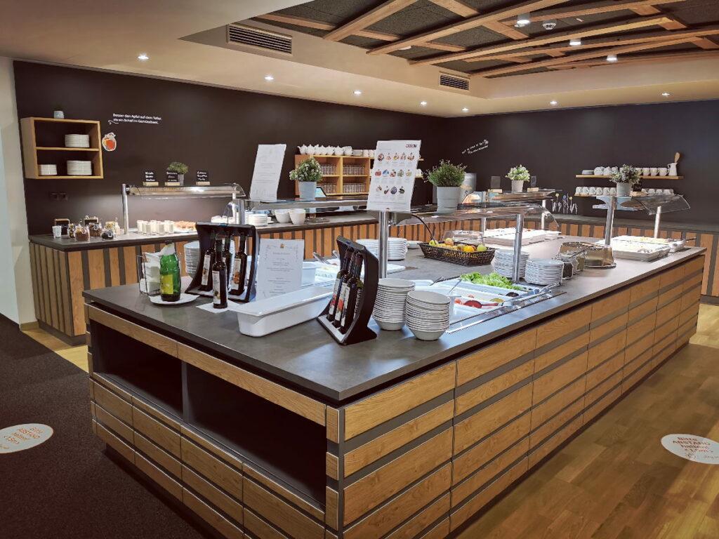 Das riesige moderne Buffet im JUFA Weiz