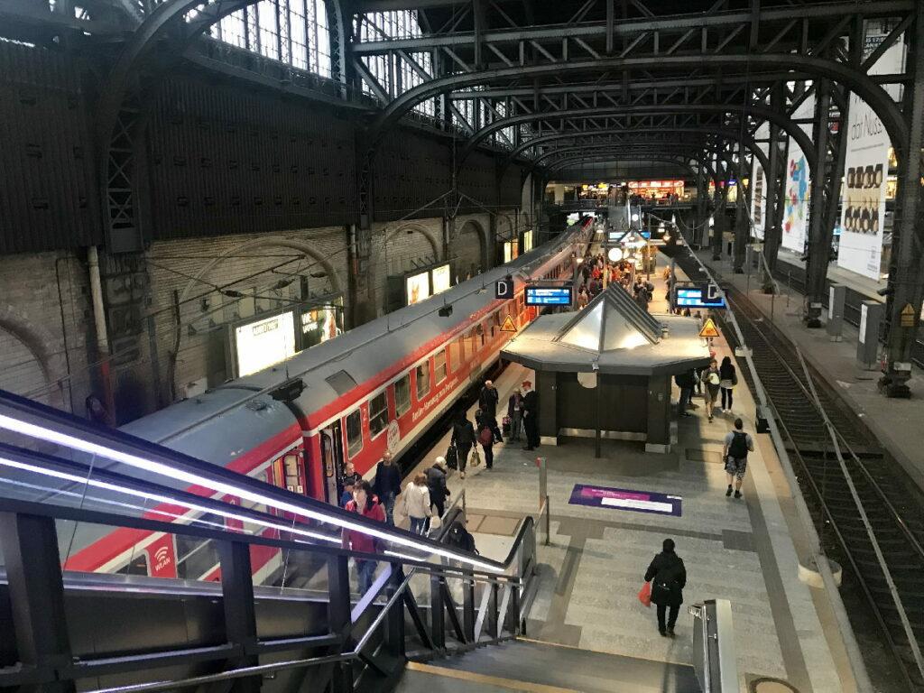 Mit dem Zug ins Jufa Hotel Hamburg - geht perfekt! Die U-Bahn Station ist direkt neben dem Hotel