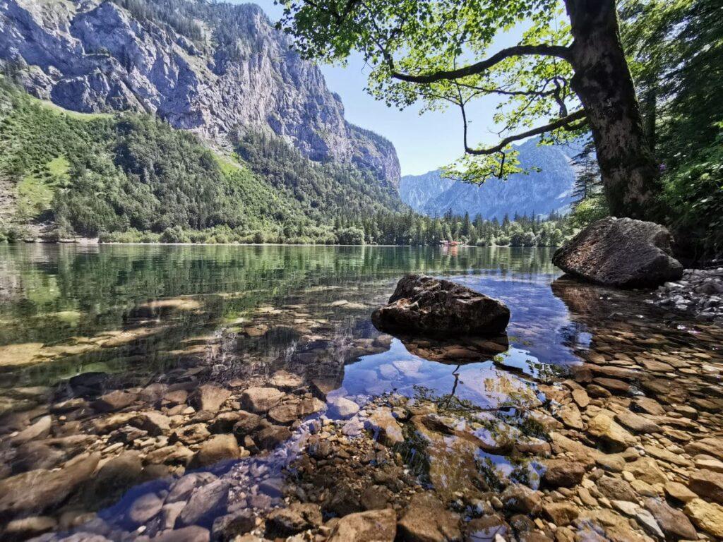 Glasklares Wasser, umgeben von imposanten Bergen: Der Leopoldsteinersee beim JUFA Hotel Erzberg
