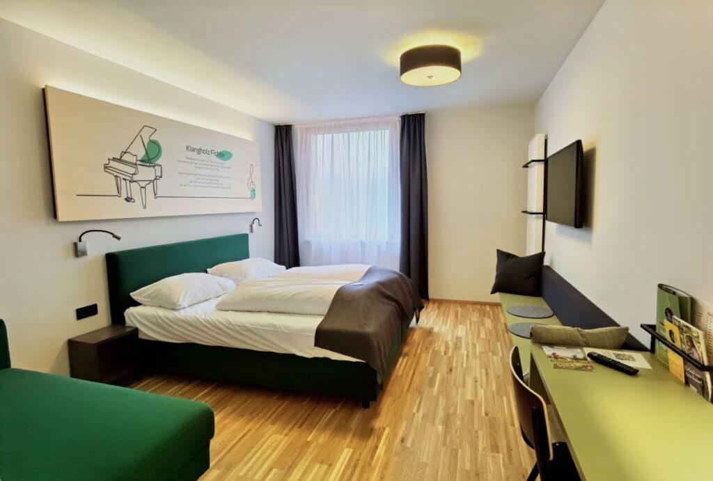 So schauen die Zimmer im JUFA Laterns aus - modern und mit Holz