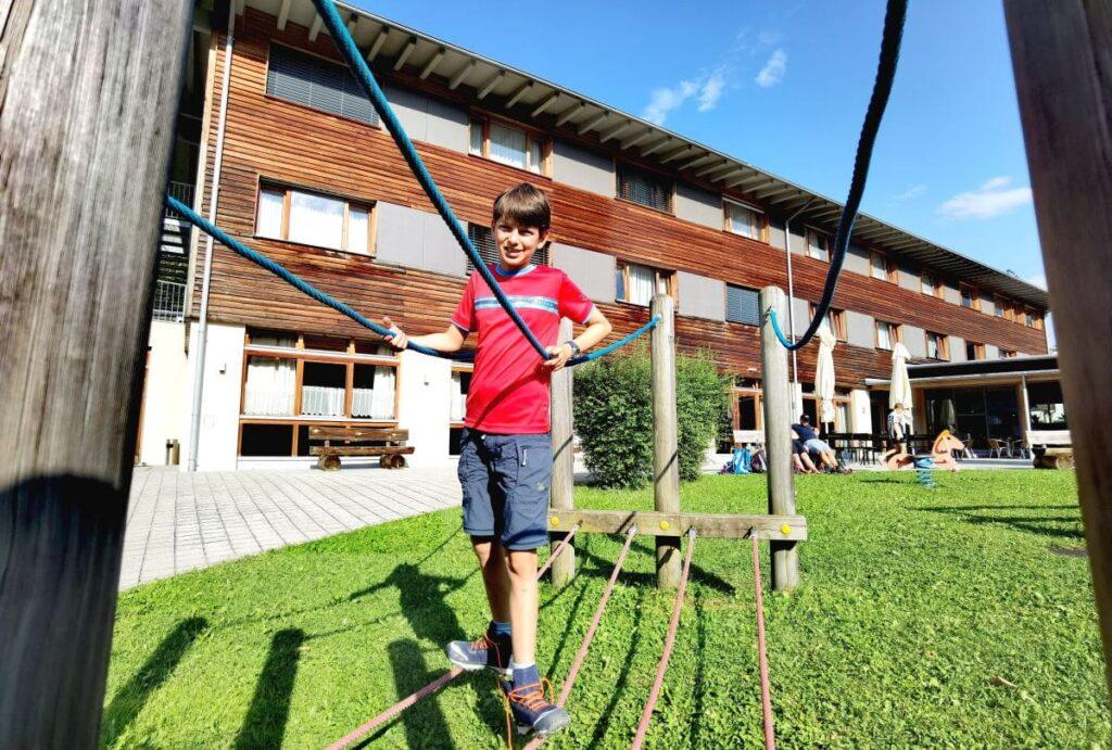 Jufa Montafon - preiswertes Familienhotel im Montafon mit Spielplatz draußen...