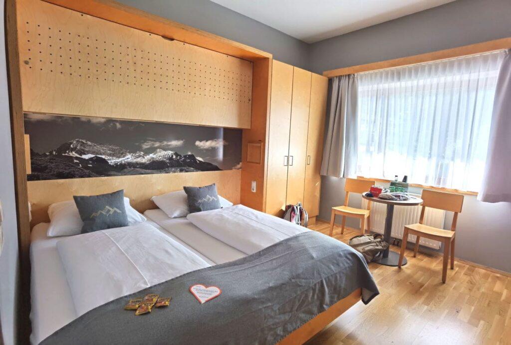JUFA Montafon Familienzimmer: Hier könnte auch noch ein weiteres Kind übernachten, oberhalb des Elternbetts könnte man ein zusätzliches Bett herunterklappen