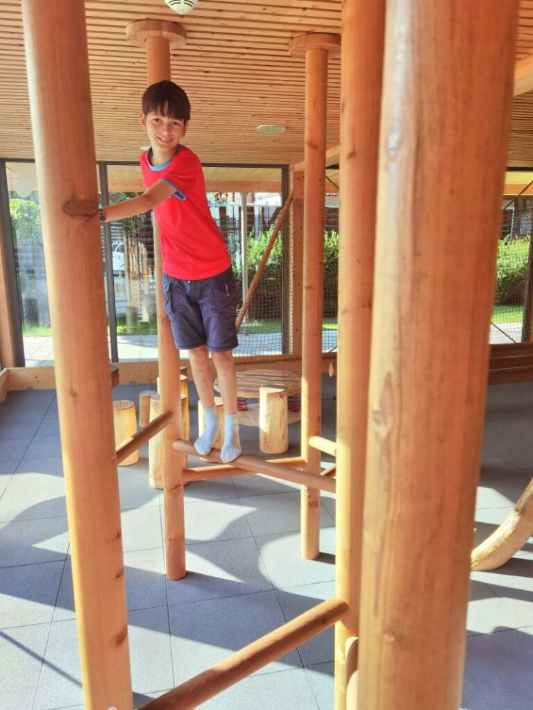 JUFA Montafon mit Kletterpfad im Indoorspielplatz