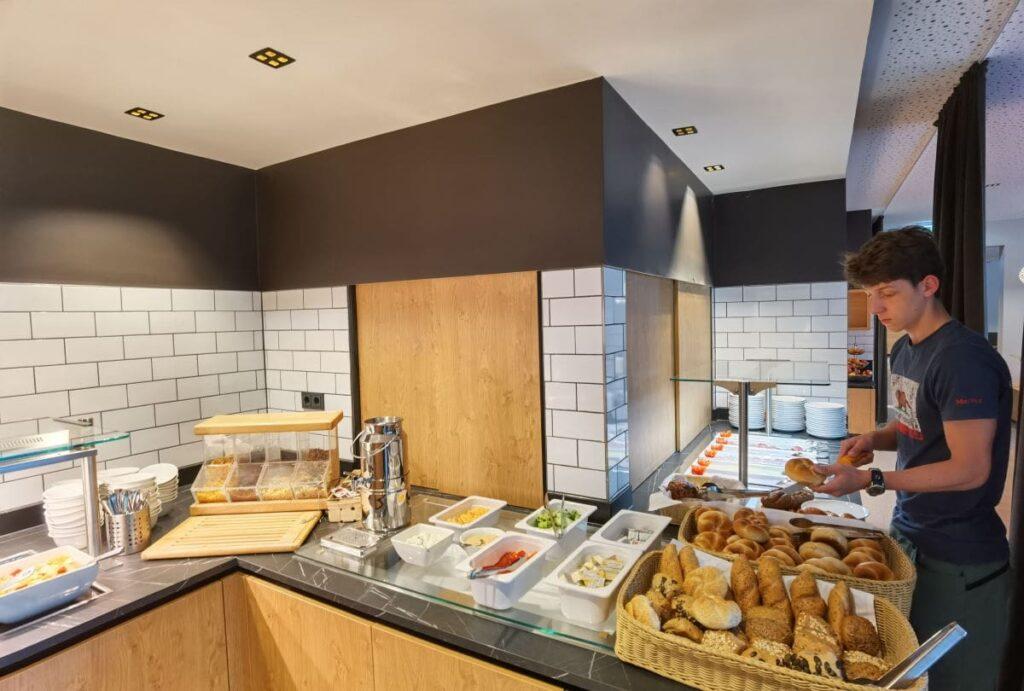 Ein Teil des Frühstücksbuffet im JUFA Salzburg