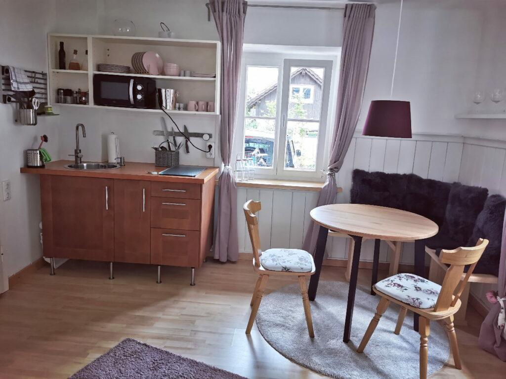 Der Blick in die Küche in der Ferienwohnung in Hallstatt