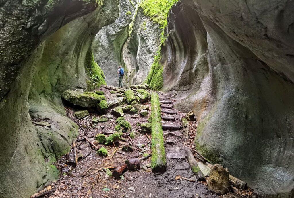 Durch die beeindruckenden Felswände im Kirchle Dornbirn wandern